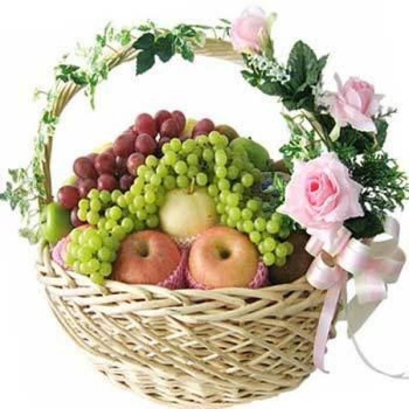 Корзина из целых фруктов